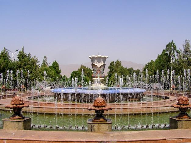 Brunnen im historisch wichtigen verwaltungszentrum arbob cultural palace, arbob, tadschikistan