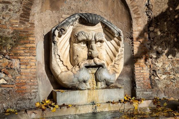 Brunnen im orangenbaumgarten auf dem aventin-hügel in rom