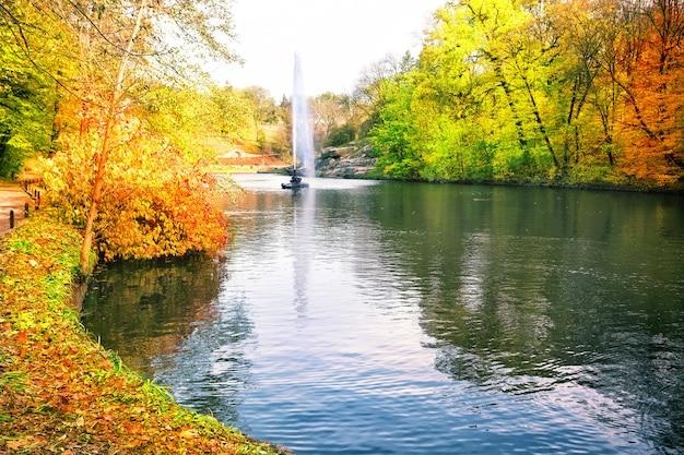 Brunnen im park mit bunten bäumen