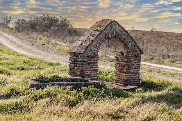 Brunnen in einem feld in toledo, spanien