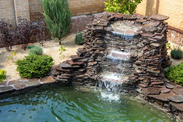 Brunnen mit zwei überläufen im antiken stil. verwendung von natürlichen materialien wie wildmarmor, schiefer, granit und basalt