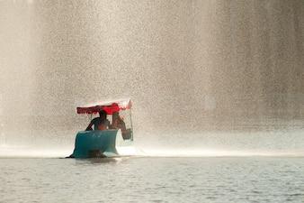 Brunnen- und Paddelboot an Dusit-Park, Thailand