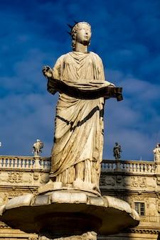 Brunnen unserer lieben frau verona auf der piazza delle erbe in verona, italien. der brunnen wurde 1368 von cansignorio della scala gebaut.