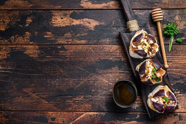 Bruschetta mit camembertkäse und gebackenen feigenscheiben