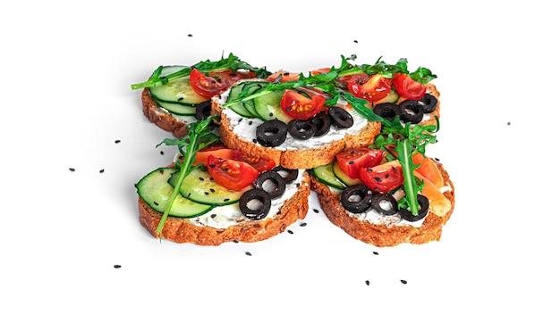 Bruschetta mit frischkäse, lachs und gemüse isoliert. toast isoliert. sandwich isoliert. sandwich mit lachs und käse