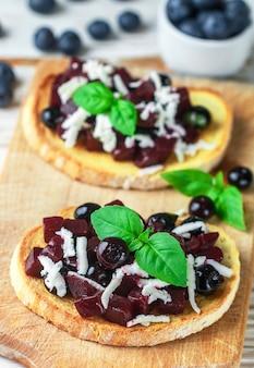 Bruschetta mit gebackenen rüben, heidelbeeren, feta, basilikum und balsamico