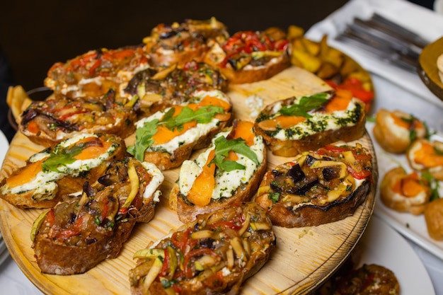 Bruschetta mit gegrillter paprika, zucchini, oliven und mozzarella. vegetarisches gericht.