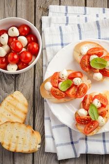 Bruschetta mit kirschtomaten und mozzarella.