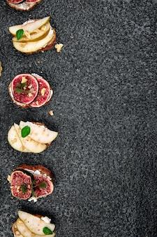 Bruschetta mit quark, feigen, birnen und honig