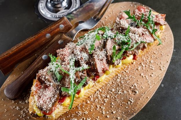 Bruschetta mit roastbeef und gebackener paprika