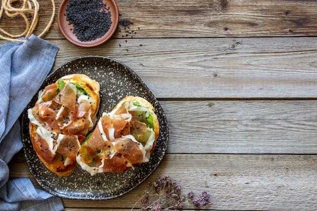 Bruschetta mit schinken und serrano-schinken