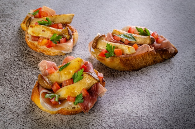Bruschetta mit schinken und tomaten