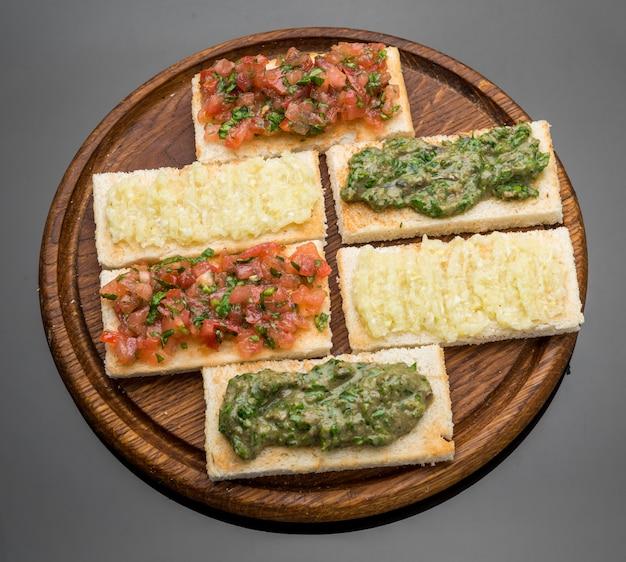 Bruschetta mit tomate, mozarella und basilikum