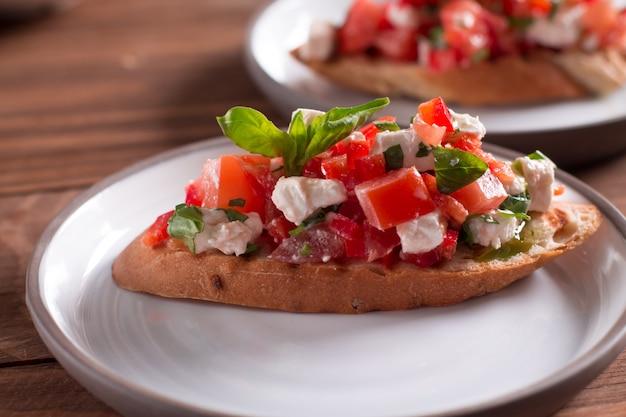 Bruschetta mit tomaten, feta und basilikum