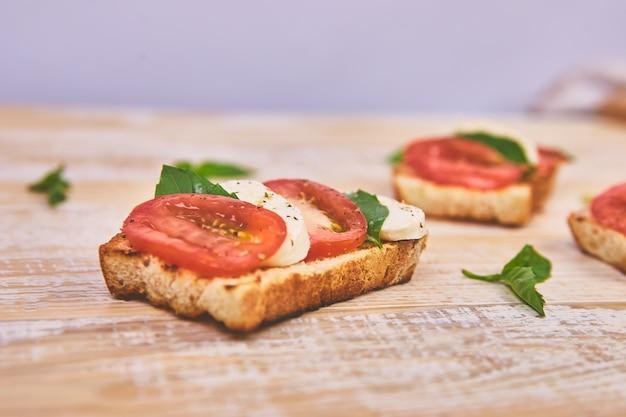 Bruschetta mit tomaten, mozzarella und basilikum
