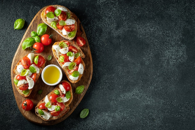 Bruschetta mit tomaten, mozzarella und basilikum.