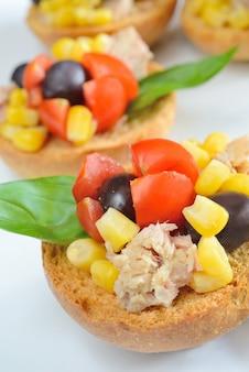 Bruschetta thunfisch und mais