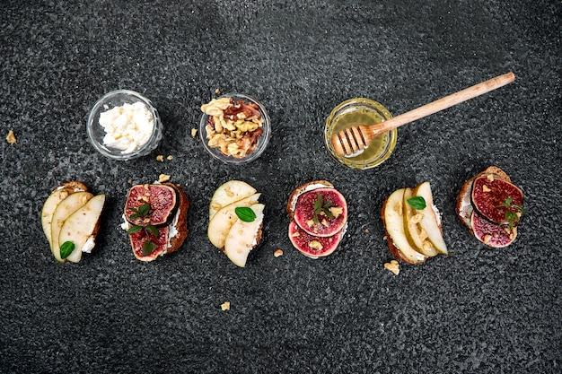 Bruschetta und crostini mit birne, ricotta, honig, feigen.