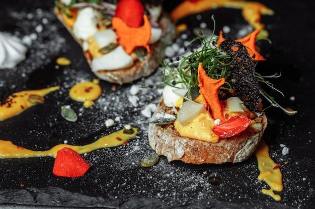 Bruschettas mit kürbismousse und ziegenkäse. leichtes frühstück, snack. halloween.