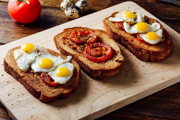 Bruschettas mit sonnengetrockneten tomaten und spiegeleiern