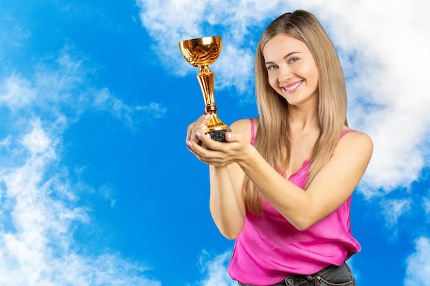 Brustbild der glücklichen geschäftsfrau goldenes cup halten, getrennt