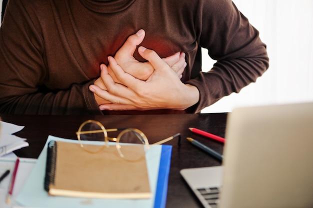 Brustschmerzen des geschäftsmannes durch herzinfarkt. gesundheitskonzept