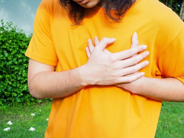 Brustschmerzsymptome von herzerkrankungen oder menschen mit akutem herzinfarkt.