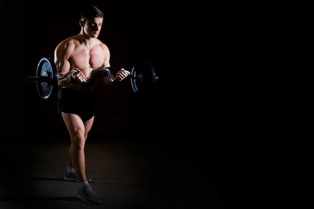 Brutaler athletischer mann des bodybuilders mit perfekter abs, schultern, bizeps, trizeps und kasten