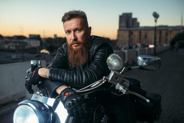 Brutaler bärtiger biker wirft auf hubschrauber, vorderansicht auf
