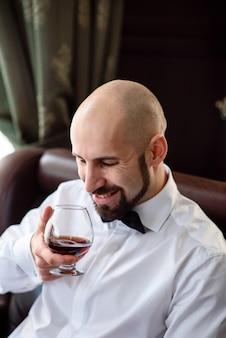 Brutaler mann, der cognac schmeckt