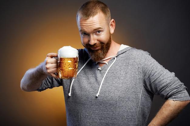 Brutaler mann mit einem glas bier