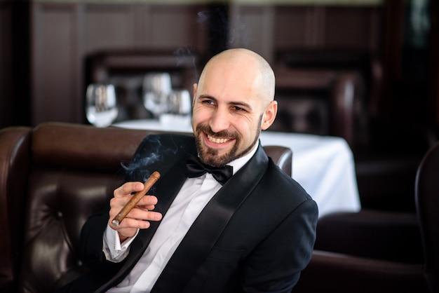 Brutaler mann mit zigarre lacht