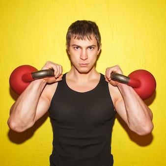 Brutaler muskulöser kerl mit den gewichten isoliert