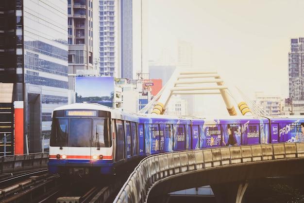Bts sky train fährt in der innenstadt von bangkok. sky train ist das schnellste transportmittel in bangkok