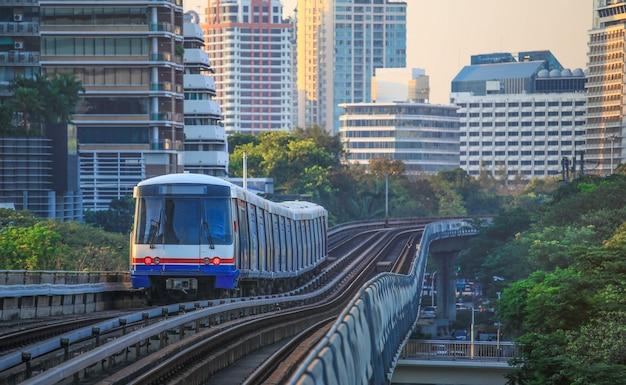 Bts sky train fährt in der innenstadt von bangkok. sky train ist das schnellste verkehrsmittel in bangkok