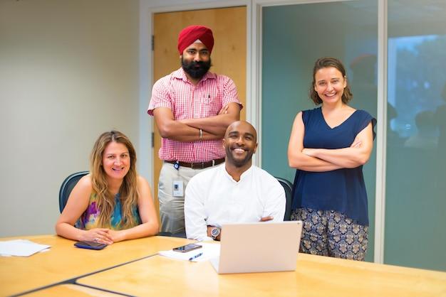 Bubsiness-team gebildet von verschiedenen ethnien im büro mit laptop