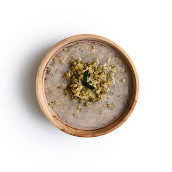 Bubur kacang hijau. javanesischer dessertbrei aus mungobohnen mit kokosmilch. serviert in einer steingutschüssel. eine beliebte vorspeise zum fastenbrechen im ramadan