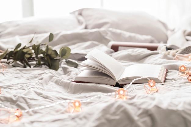 Buch auf dem bett