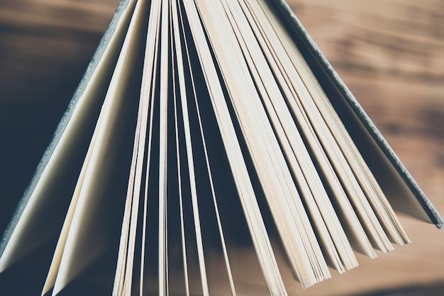 Buch auf dem hölzernen tischhintergrund