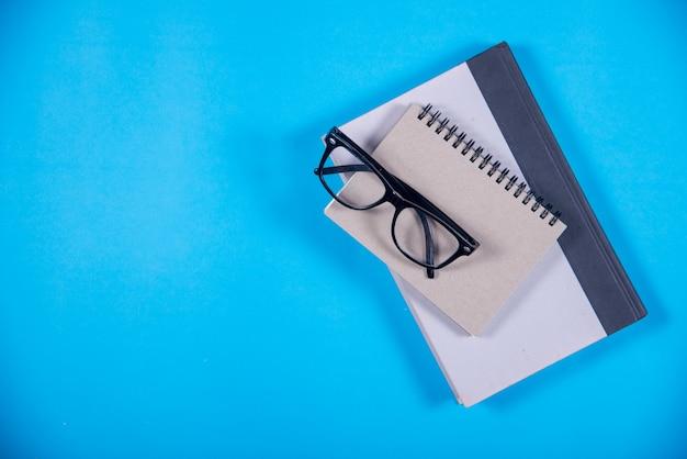 Buch auf dem schreibtisch, bildungskonzept