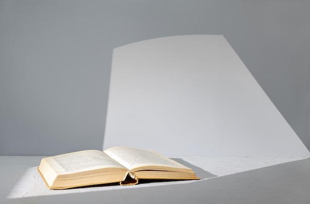 Buch auf dem tisch aufschlagen