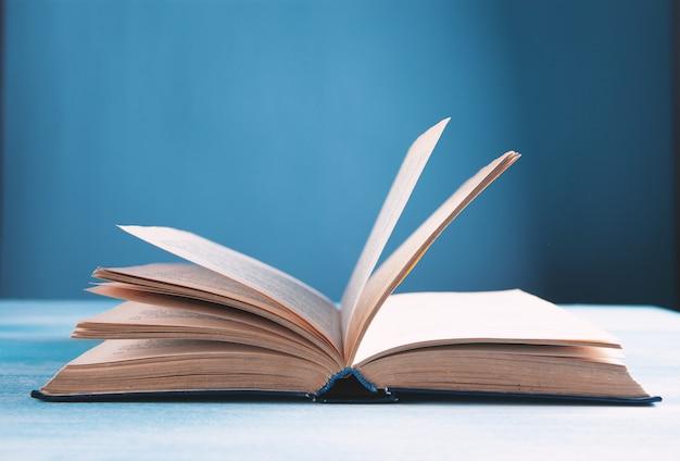 Buch auf dem tisch aufschlagen.