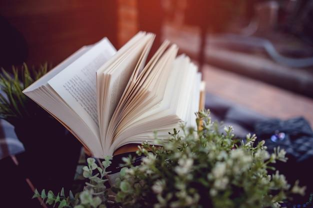 Buch auf den schreibtisch gelegt viele bücher in schönen farben zum studieren von bildern zur wissensbildung