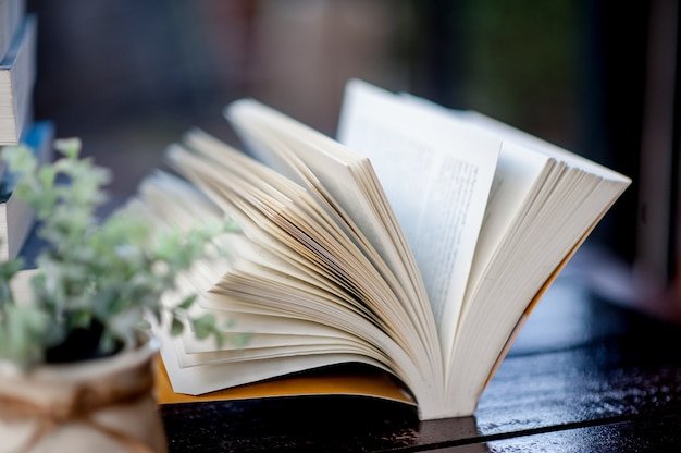 Buch auf den schreibtisch gelegt viele bücher, schöne farben zum lernen, wissen, bildung - bilder