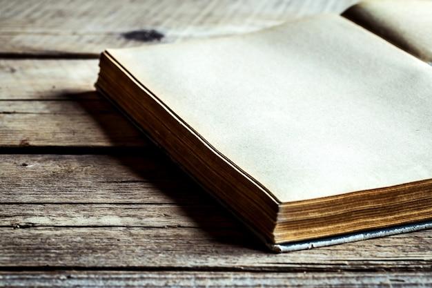 Buch auf hölzernem hintergrund. lesen, altes buch, geheimes buch, ein buch