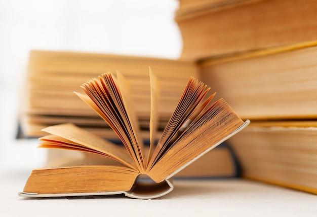 Buch auf tisch aufschlagen