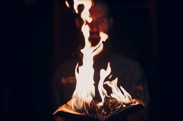 Buch brennt in flammen