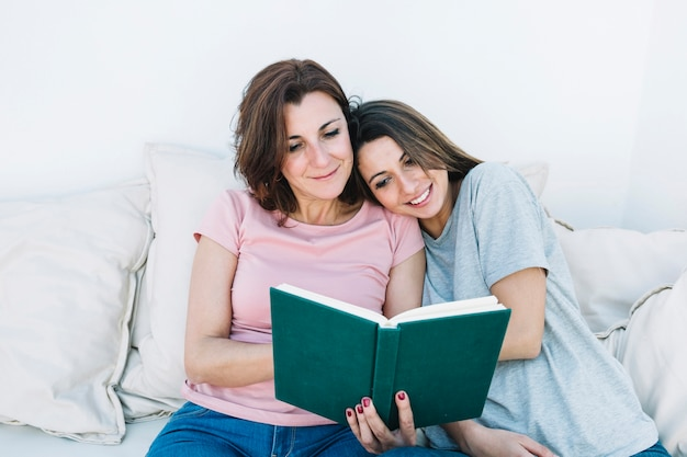 Buch der jungen frau lese mit frau