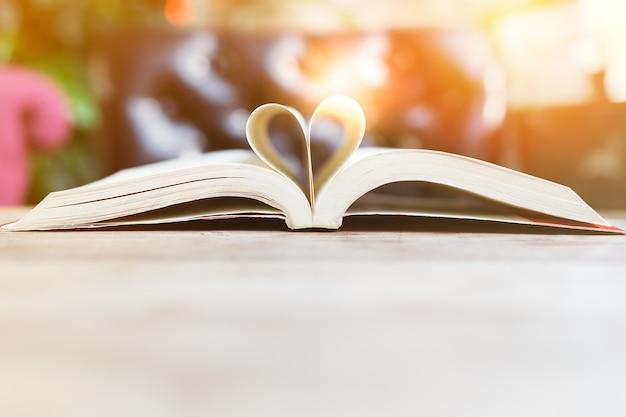 Buch im herzformklugheits- und -bildungskonzept-weltbuch- und -copyright-tag