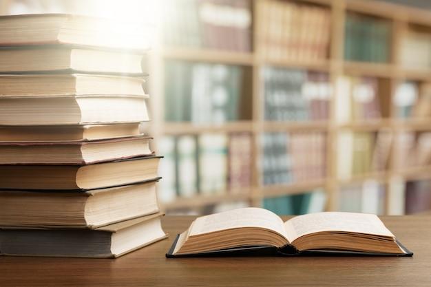 Buch in der bibliothek geöffnet